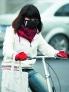 2.戴口罩防寒  秋冬季节,街头盛行口罩一族,尤其是一些年轻人以为很时尚、很优雅。其实,很不科学。口罩使局部空气温度升高,但有个呼吸不畅的问题,呼出的二氧化碳有一部分又被吸了进来。鼻黏膜有丰富的血管和海绵状血管网,血液循环十分旺盛,当冷空气经鼻腔吸入肺部时,一般已接近体温。人体的耐寒能力应通过锻炼来增强,若依赖戴口罩防冷反而使人体变得娇气,更容易患感冒。不过,真的患上了冷风刺激的鼻炎,点滴药物以后,戴上口罩适度保温,真的有助于鼻炎水肿的消失。