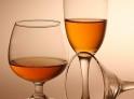 3.饮酒御寒  生活在东北林区的伐木工人有饮酒御寒之说,认为喝酒以后,会增加体内热量,起到御寒的作用。河北、山东、山西以及江南的部分农村也有这种说法。其实,这就大错特错了,饮酒后会使人血液循环加快,有浑身发热的感觉,这是酒精促使人体散发原有热能的结果,饮酒时酒精使人热汗淋漓,酒劲过后,因大多热量散出体外,反而会感到浑身冰凉,导致酒后寒冷。