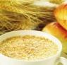 谷类早餐应受青睐 一顿好早餐应包括这样三件东西:谷类食品(如未去麦的粗面粉面包、八宝粥、黑米面包、窝窝头、茴香菜包等)水果和奶制品。最好喝含脂肪少的牛奶。谁吃这样的早餐,谁就一箭三雕;丰富的碳水化合物,少脂肪,丰富的维生素和矿物质。