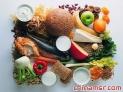 注意摄取维生素、叶酸和铁 25-40岁的女性的早餐应至少满足其50%的日维生素和叶酸,特别是维生素c和铁的需要量。当今,大多数女性都没有从食物中摄取足够的铁和叶酸。如有可能,可从午餐和晚餐予以补充。肉、内脏、小米、茴香可满足人每日所需的10至18毫克铁的需求量。维生素b则可从瘦肉、鱼、肝、全麦面包、土豆、花生等食物中摄取。