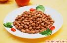 5、糖尿病患者:糖尿病人需控制每日摄入的总能量,因此,每天使用炒菜油不能超过三汤匙(30g)。但18粒花生就相当于一勺油(10g),能够产生90千卡的热量。