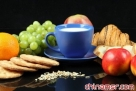 1.饮食平衡是关键 平衡的饮食肯定是多样化的,这样才可以避免营养不良引起的身体虚弱。以下规则需要遵守:每餐一个水果;每天两次蔬菜;食用含有电淀粉的食物,但不要过量;每天一次肉、鱼或者蛋;最后还有每餐必不可少的奶制品。