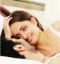 提案3:清晨起床做爱 你们只能在床上做爱吗?当然不一定,你们可以有些变化,专家说一成不变的做爱方式可能会让做爱公式化且变得无趣,假如你上次帮他手淫只是为了应付他睡前的性需求,或发现自己经常抱怨性生活缺乏变化,那么你们应该就是陷入这种情境。 有什么解决办法呢?你可以藉由改变做爱的时间来增加新鲜感,例如早上洗澡时做爱或是晚上一起出去时在大厅隐密处迅速做爱。这些你都不感兴趣吗?其实最好的做爱时间就是清晨,因为早上9点前你的荷尔蒙和他的睾丸素分泌都达到顶点,所以早上何需利用咖啡醒脑,做爱就足够让你提振精神。