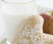 2、牛奶和酸奶 牛奶含钙和维生素D,在肠道内能与致癌物质相结合,清除其有害作用。酸奶能抑制肿瘤细胞的生长。 3、蜂蜜和蜂乳 蜂蜜能促进新陈代谢,增强机体抵抗力,提高造血功能和组织修复作用。近年来发现蜂乳含有特殊的蜂乳酸,对防治恶性肿瘤有效。
