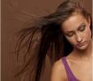3、头发缺乏光泽 缺少维生素B。头发失去光泽,通常是由于缺乏使油脂有效发挥作用的关键性物质维生素B。可试着补充一些维生素B。含维生素B较多的食物有动物肝脏、豆类和糙米等。 4、头发太油 可能是喝奶过量。一些毛发研究人员认为,过油的头发是由于喝多了牛奶、酸奶等奶类饮料所致。解决方法很简便,停喝奶类饮料后1周内就可见效。