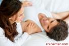 """20分钟迷情式——适用于:重新提起性趣 这是心灵交流的好方法,既能培养你们的性爱情绪,又能使你们两个人在情感上更贴近,两人交坐在床上——要么穿着舒适的睡衣,要么不穿。四手交挽,四目对视,开始一起呼吸。你吸气的时候,他呼气,而你呼气时他吸气。不要谈话,注意力集中于他对于你的意义以及你们俩为何会在一起。开头你可能会觉得很傻,甚至会笑出声,但没关系,通常过了这个阶段之后你会有这样一种感觉:""""我想做爱,我想要你进入我的体内。""""一旦有了这种念头""""我在乎你"""",你们的性爱也就会变得更精彩"""